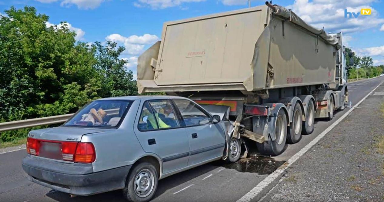 Kamion alá szorult gépjármű
