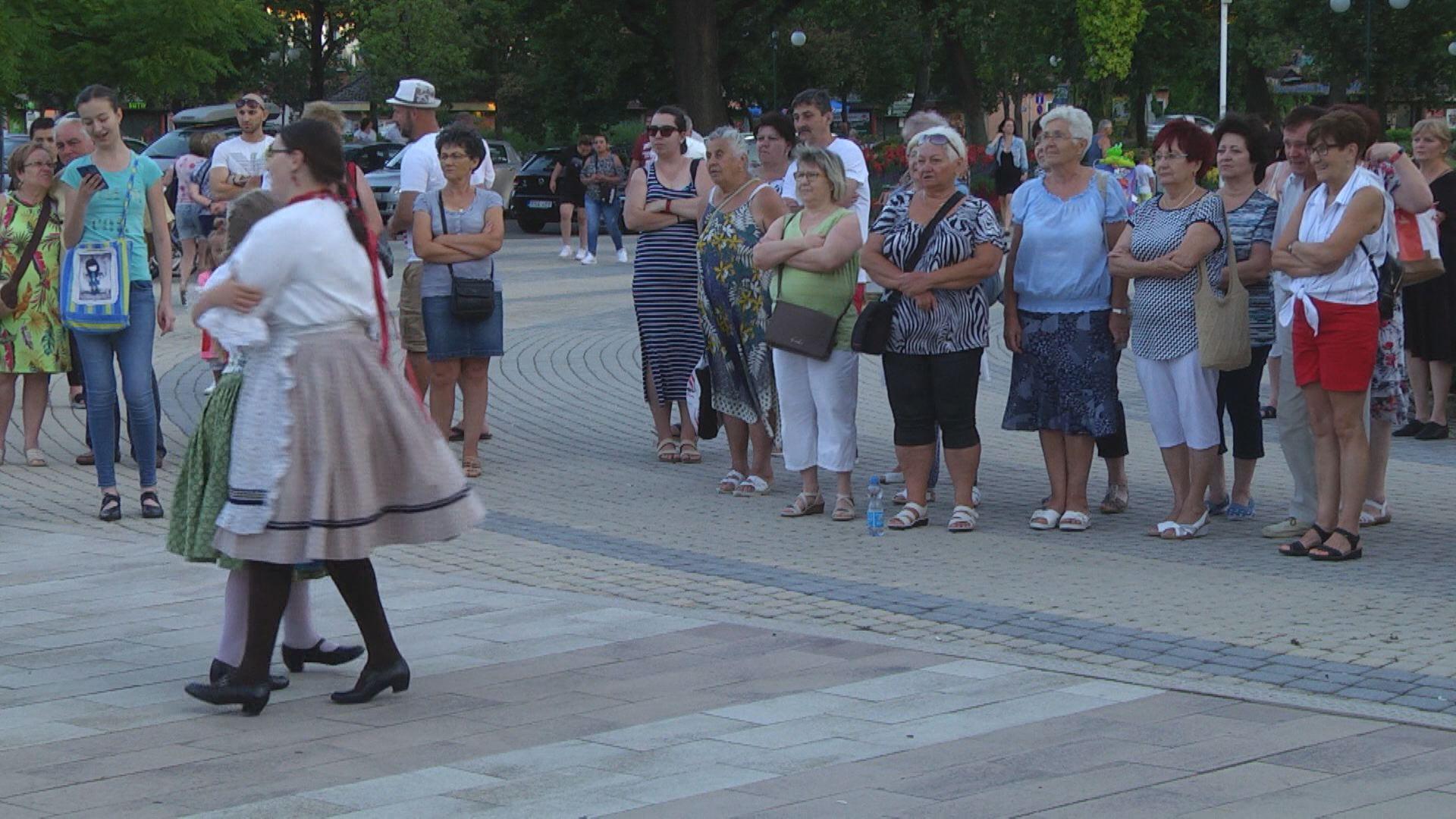Táncosok a nyári hangulatból